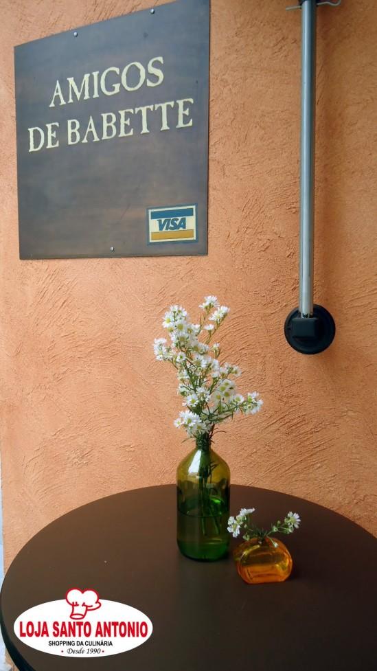 Decoração do II Ciclo de Oficinas de Casamento: garrafas de vidro com flores do campo, por Abba Flowers