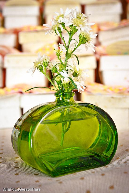 Decoração sustentável de casamento com flor branca e garrafa verde da Abba Flowers para II Ciclo de Oficinas de Casamento