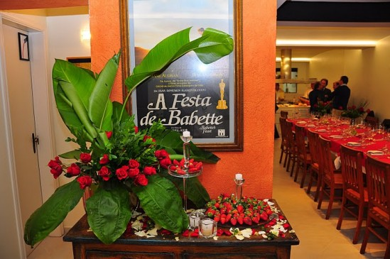 Espaço para eventos Confraria Amigos de Babette: decoração vermelha