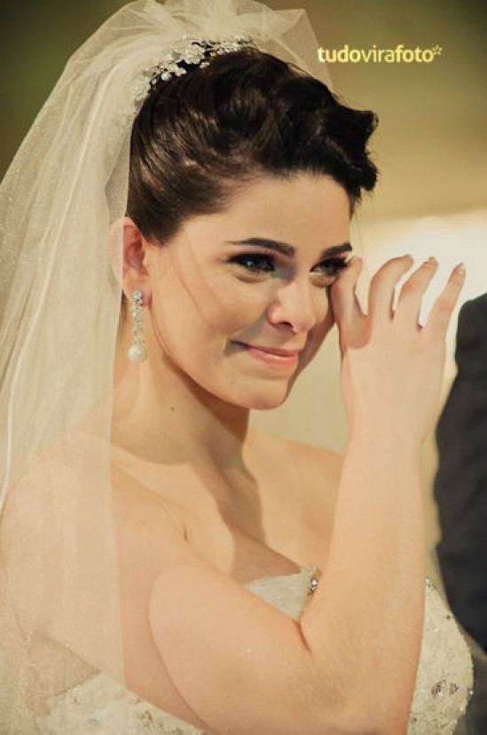 Noiva chorando no casamento