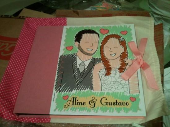 Álbum de fotos com caricatura de noivos
