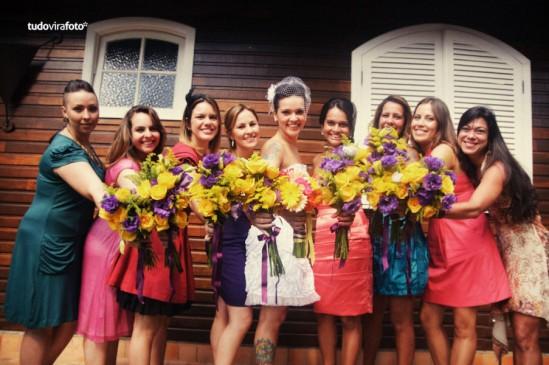 Decoração de casamento em amarelo e roxo: madrinhas