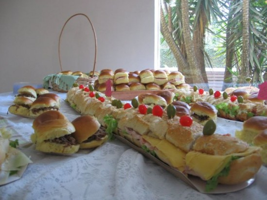 Sanduíches em chá bar de casamento