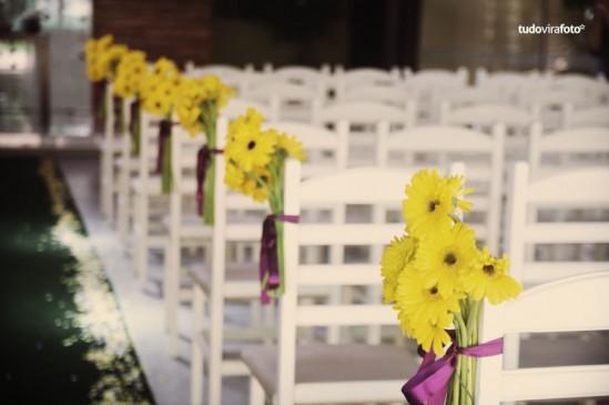 Decoração de Casamento: amarelo e roxo - cadeiras com margaridas e fitas