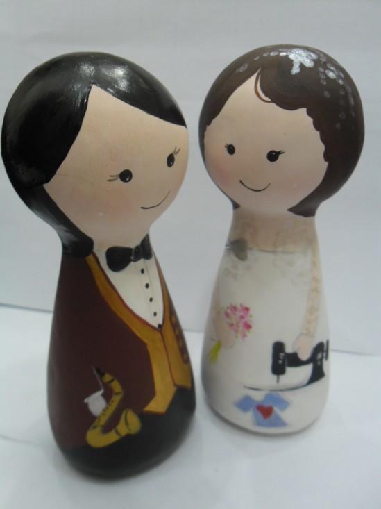 Casamento: Noivinhos de topo de bolo em madeira, feitos por Nilde Lima