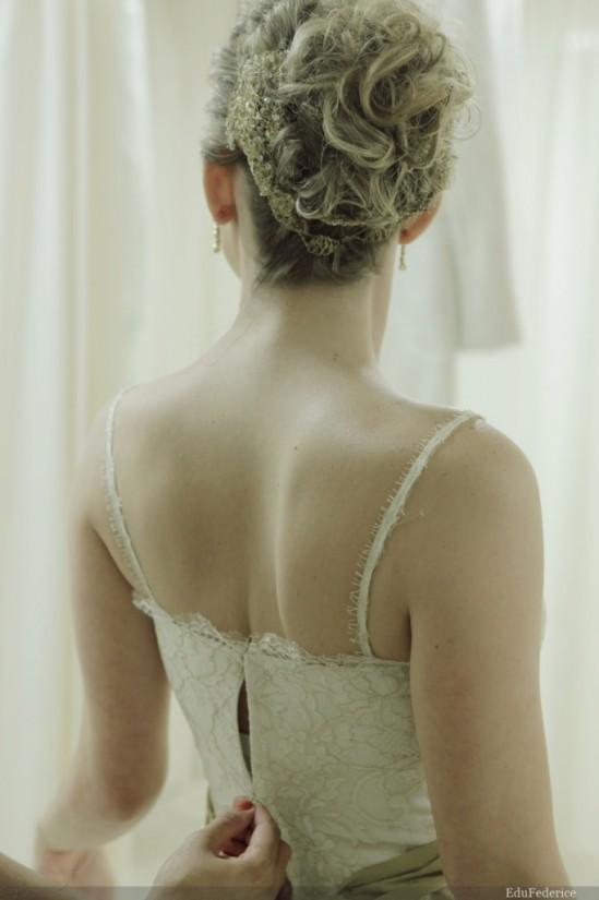 Arranjo de cabelo para noiva em metal retorcido, cristais e pérola, em formato de flor. Foto: Edu Federice.