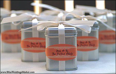 Lembrancinha de casamento:  café em lata com rótulo personalizado.