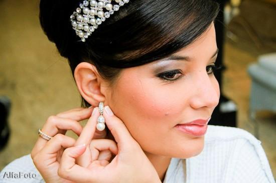 Brinco e tiara de noiva com pérolas. Foto: Alfa Foto.
