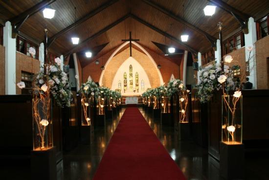 Igreja para casamento: interior da Catedral Anglicana de São Paulo com decoração de flores brancas.