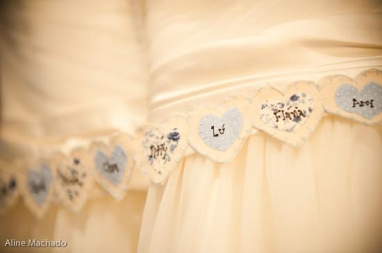 Simpatia: nome das amigas solteiras na barra do vestido de noiva. Foto: Aline Machado.