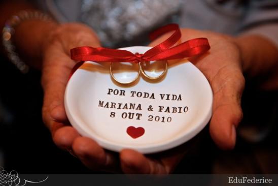 Pratinho porta aliança de louça, com nome dos noivos. Foto: Edu Federice.