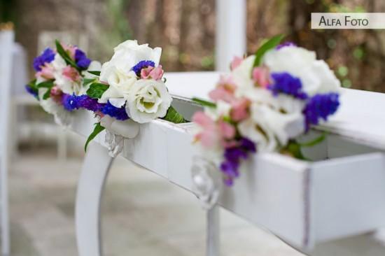 Decoração de casamento rústico, madeira branca flores brancas e roxas. Foto: Alfa Foto.