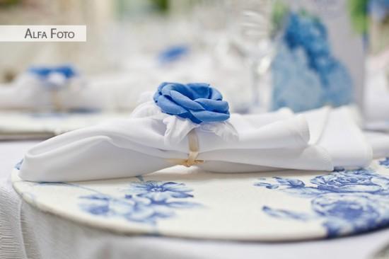 Prendedor de guardanapo floral azul e branco em casamento. Foto: Alfa Foto.