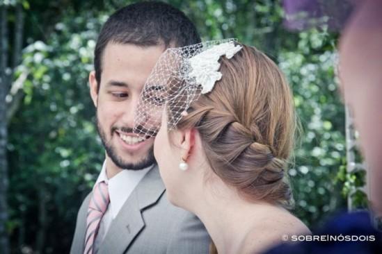 Penteado de noiva em casamento no campo: trança embutida e voilette. Foto: Sobre Nós Dois.