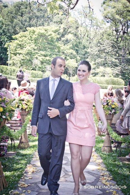 Vestido de madrinha de casamento no campo: rosa e curto. Foto: Sobre Nós Dois.