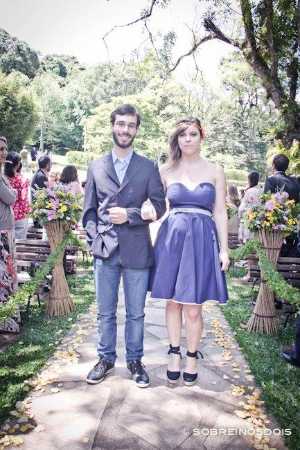 Madrinha de casamento no campo com vestido roxo e curto e espadrilhe. Foto: Sobre Nós Dois.