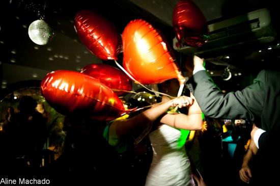 Balões de gás de coração vermelhos em casamento de Tamara e Marcelo. Foto: Aline Machado.