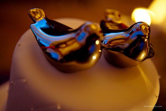 Passarinhos dourados como noivinhos de topo de bolo. Foto: Foco Estúdio.