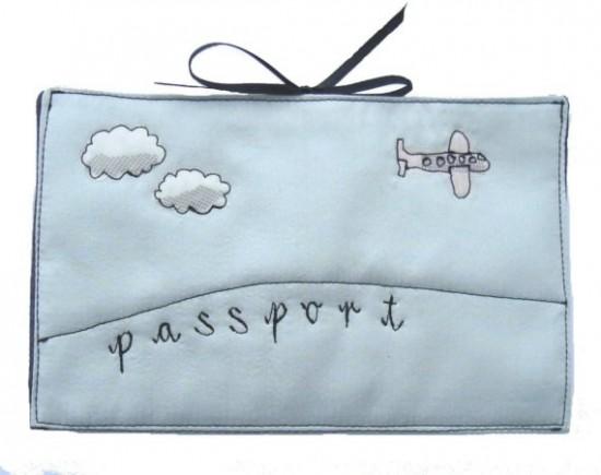 Porta-passaporte aviãozinho azul bebê - Bridget Davis.