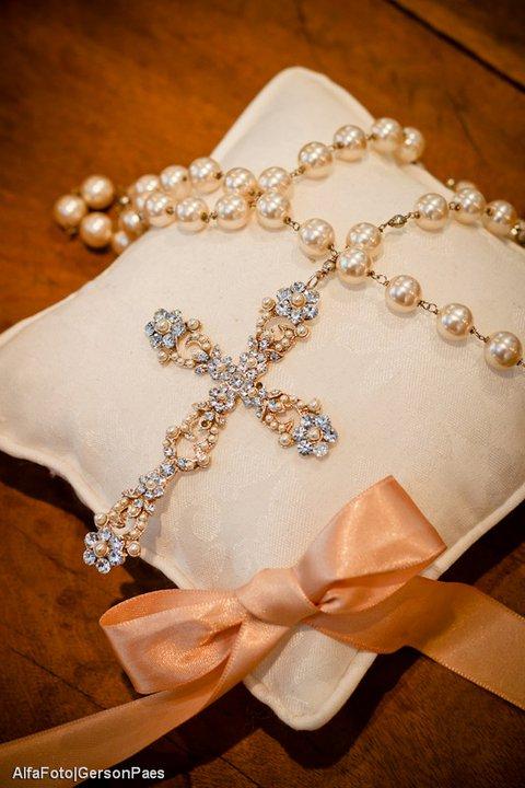 Terço de noiva para casamento com pérola e strass. Foto: Alfa Foto.