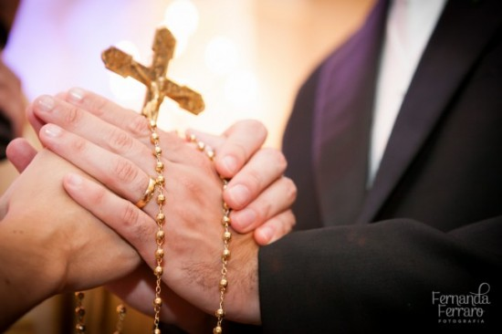 Terço de noiva dourado para casamento. Foto: Fernanda Ferraro.