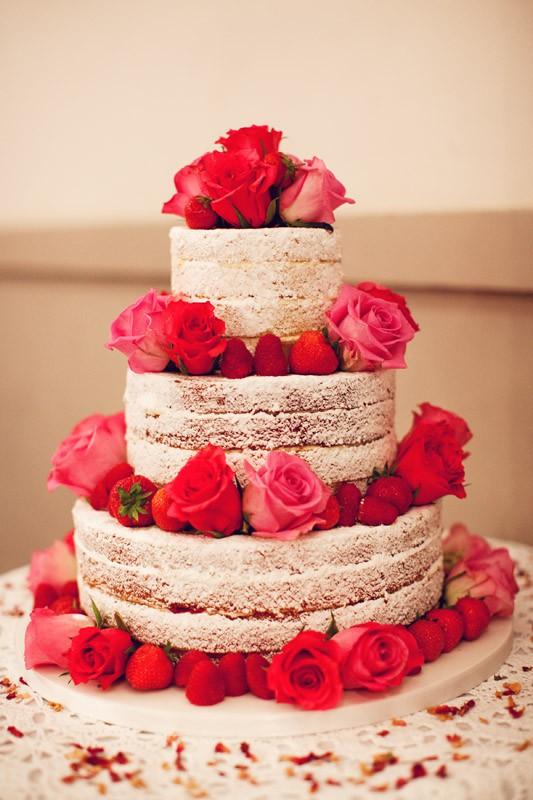 Bolo rústico de casamento branco e pink. Foto: Sollas Wedding Photography.