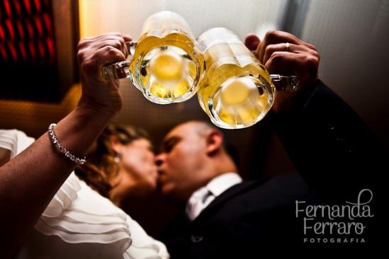 Noivos brindam com chope no casamento. Foto: Fernanda Ferraro.