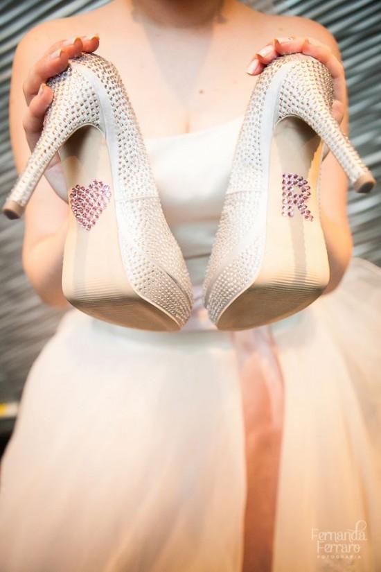 Iniciais em cristais rosa na sola do sapato da noiva. Foto: Fernanda Ferraro.
