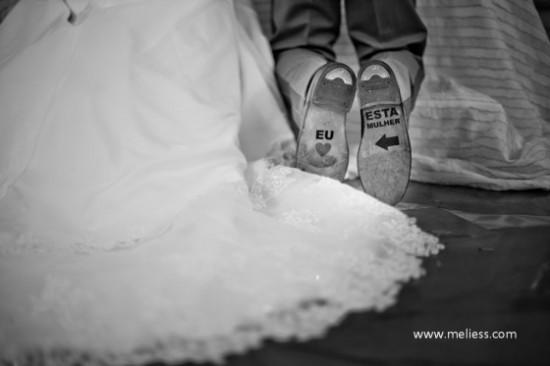 Mensagem na sola do sapato do noivo em casamento. Foto: Meliess.
