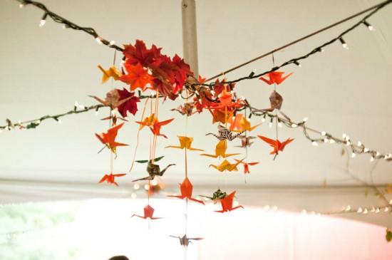 Tsuru na decoração do casamento para dar sorte. Helen Roberts Photography.