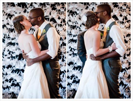 Painel de tsurus no altar do casamento. Foto: Altmix Photography.