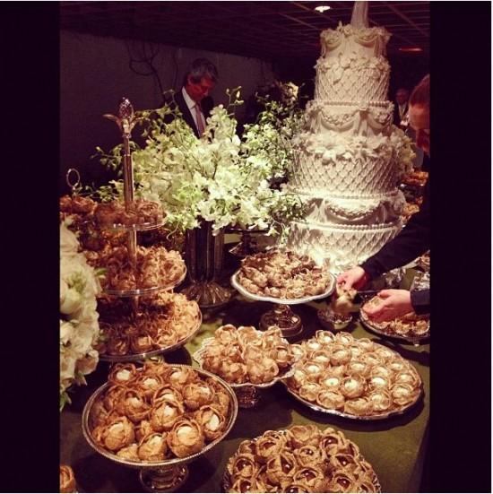 Bolo de casamento e mesa de doces do casamento de Lala Rudge.