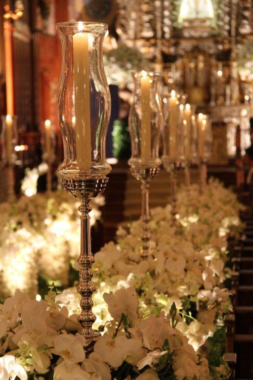 Casamento Lala Rudge: decoração da igreja Nossa Senhora do Brasil com flores brancas.