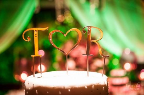 Topo de bolo de casamento com iniciais dos noivos. Fernanda Ferraro.