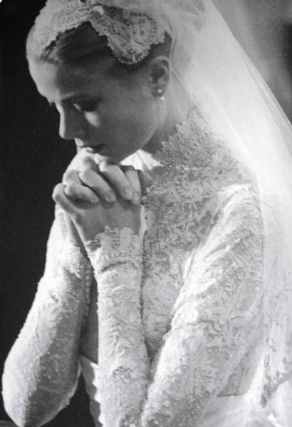 Vestido de casamento da noiva Grace Kelly, que está rezando na foto.