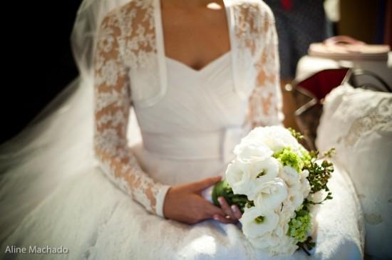 Vestido de noiva tomara-que-caia com bolero de manga comprida de renda. Foto: Aline Machado.