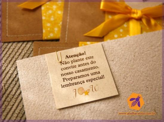 Convite de casamento com papel semente plantável da Abelha Catita.