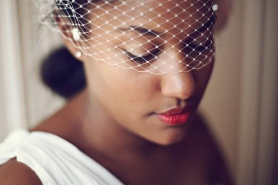 Maquiagem de casamento para noivas negras: batom vermelho. Foto: 3 Deseos y Medio.