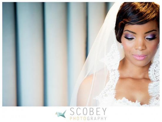 Maquiagem de noiva negra pra casamento: sombra lilás e prata. Foto: Scobey Photography.