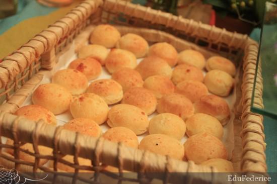 Casamento mineiro da fazenda: pão de queijo. Foto: Edu FEderice.