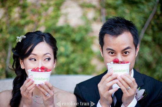 Noivos com frozen yogurt em casamento. Foto: Caroline Tran.