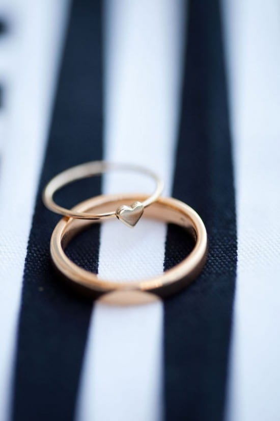 Alianças de casamento com coração.