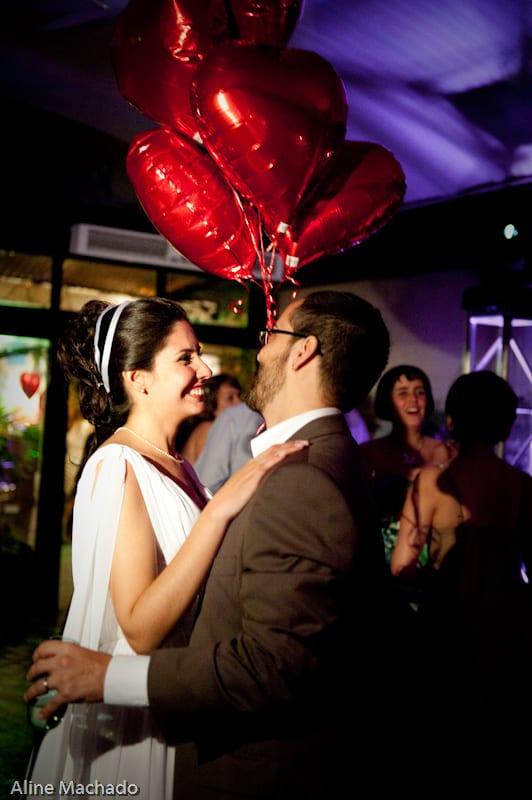 Balões em forma de coração em casamento. Foto: Aline Machado.