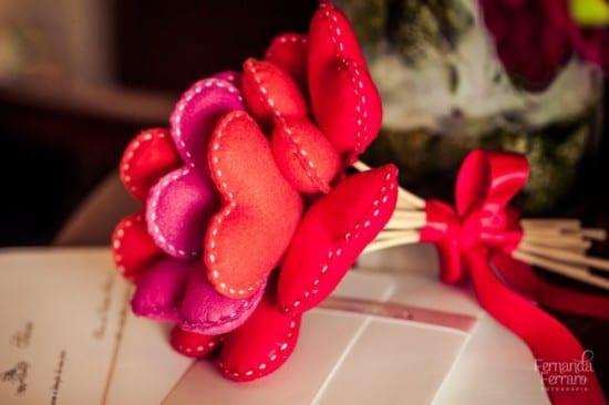 Buquê de noiva de corações de feltro vermelho. Foto: Fernanda Ferraro.