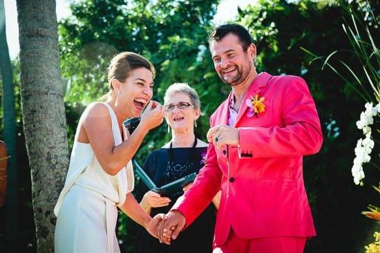 Casamento alternativo: noivos rindo no altar e noivo com terno rosa. Aidan Dockery