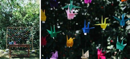 """Casamento ao ar livre"""" altar decorado com cortina de tsurus coloridos. Foto: Frankie e Mar´ˆlia."""