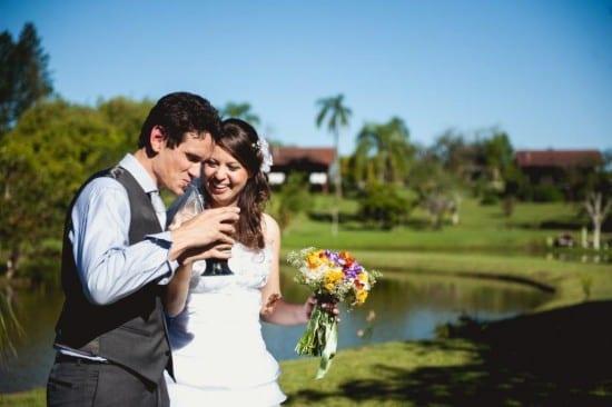Noivos tomando chimarrão no casamento. Foto: Beth Esquinatti.