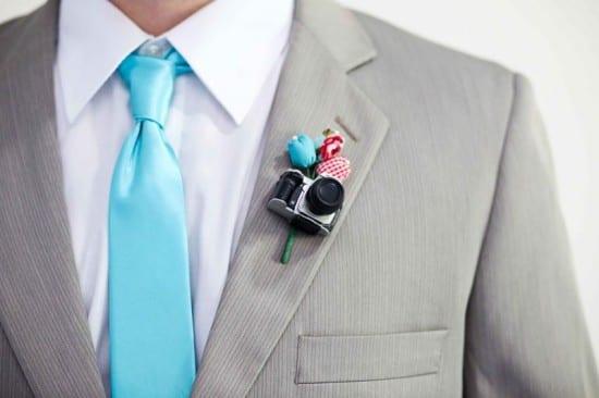 Boutonnière e lapela do noivo de mini câmera fotográfica, da Minha Mãe Que Fez.