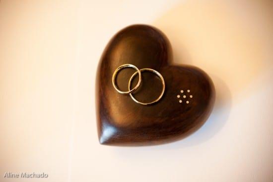 Porta alianças de madeira em forma de coração. Foto: Aline Machado.