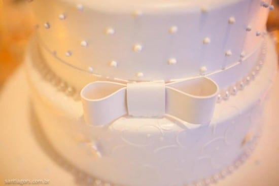 Bolo de casamento branco com laço e bolinhas em pasta americana. Foto: Santiago Reis.